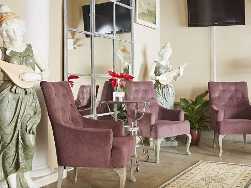 Almandine Apartments Lobby